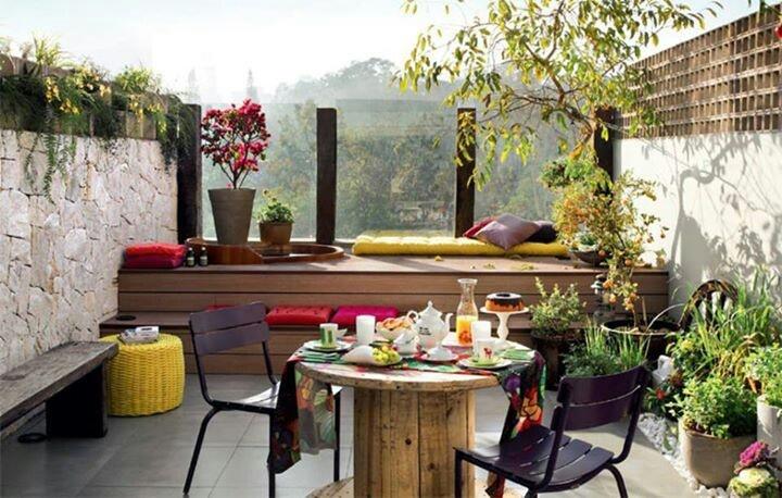 16 ideas low cost para decorar balcones y terrazas - Mesa para balcon ...