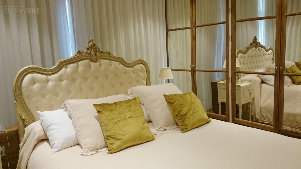 Dormitorio con muebles personalizados de estilo cl sico for Cama luis xv