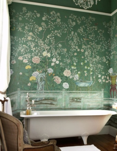Baños Estilo Bohemio:Green Floral Wallpaper Bathroom