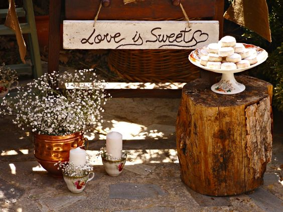 9 ideas para decorar con carteles y se ales en una boda for Bar hecho en madera