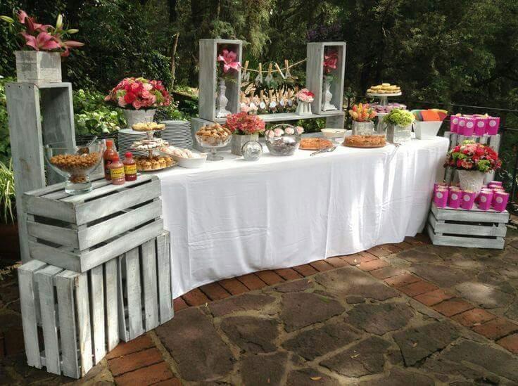 24 ideas para decorar con cajas de frutas una boda for Mesa con cajas de fruta