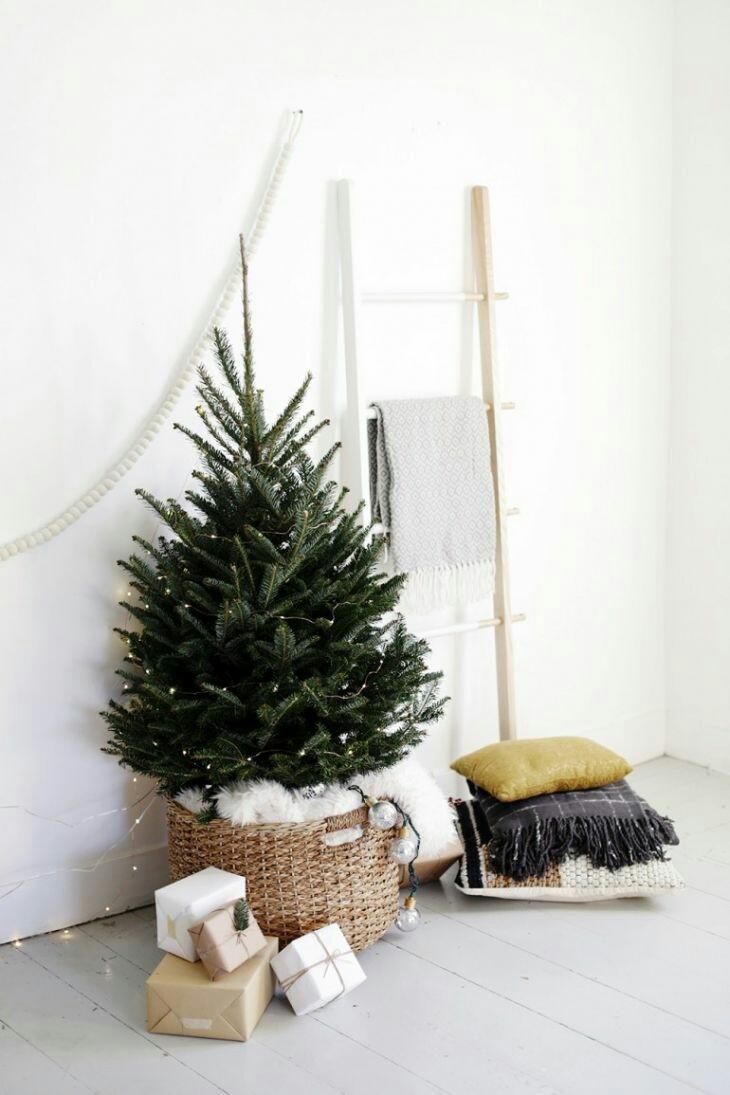 11 ideas para decorar la base del rbol de navidad con for Cesta arbol navidad