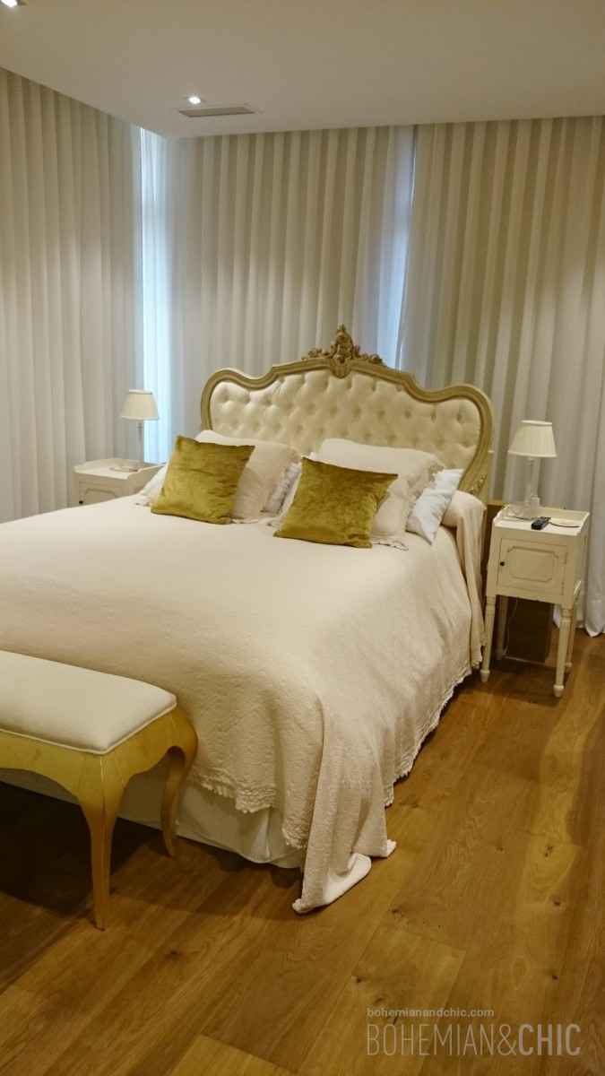 Dormitorio con muebles personalizados de estilo cl sico for Mueble que se pone a los pies de la cama