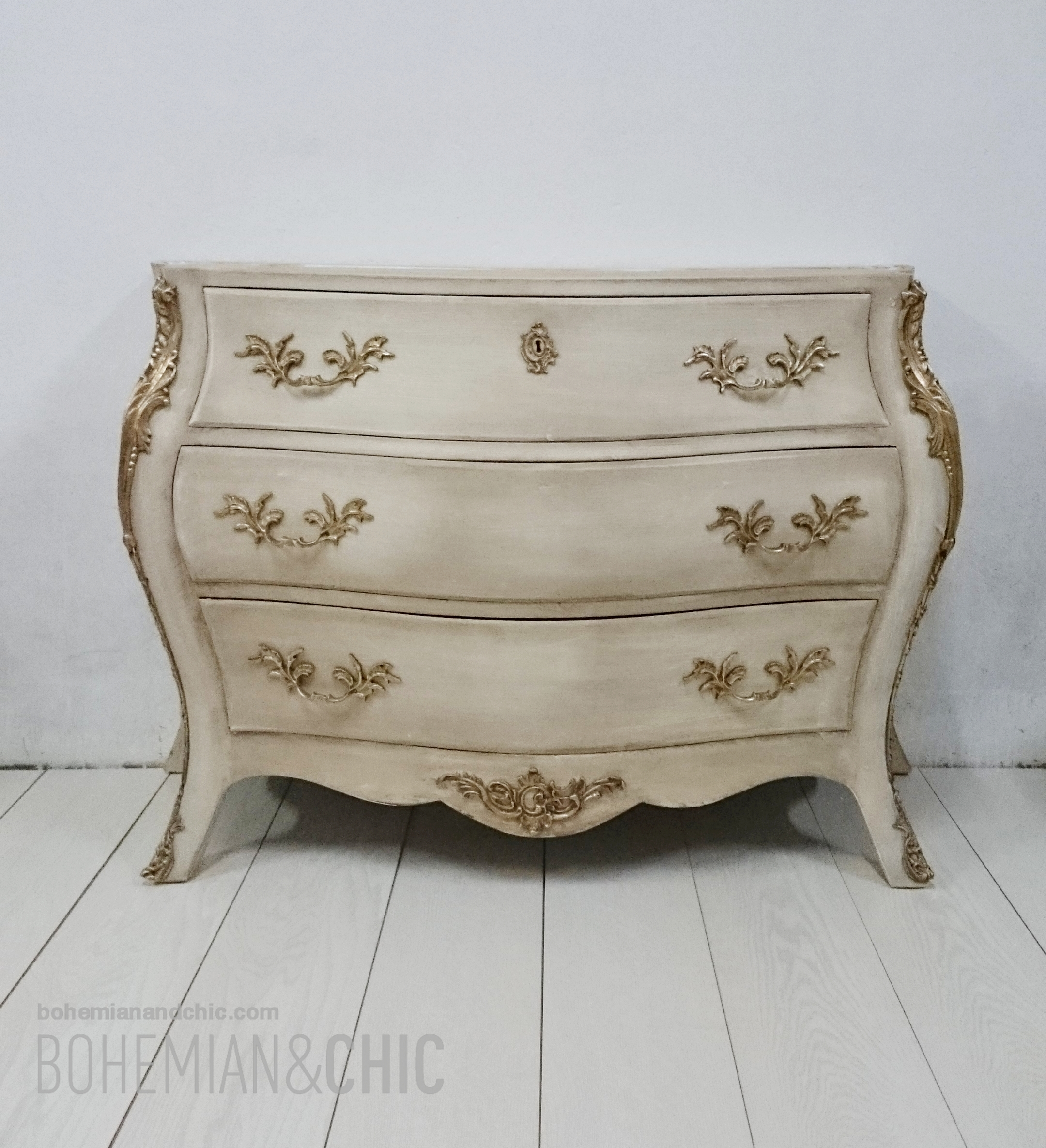 Dormitorio de aire barroco con muebles restaurados - Muebles restaurados vintage ...