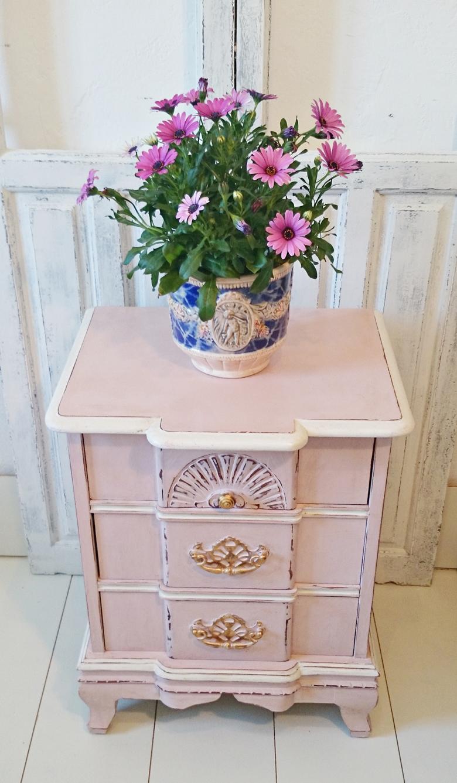 Mesita de noche vintage decapada en rosa y blanco for Mesita noche vintage