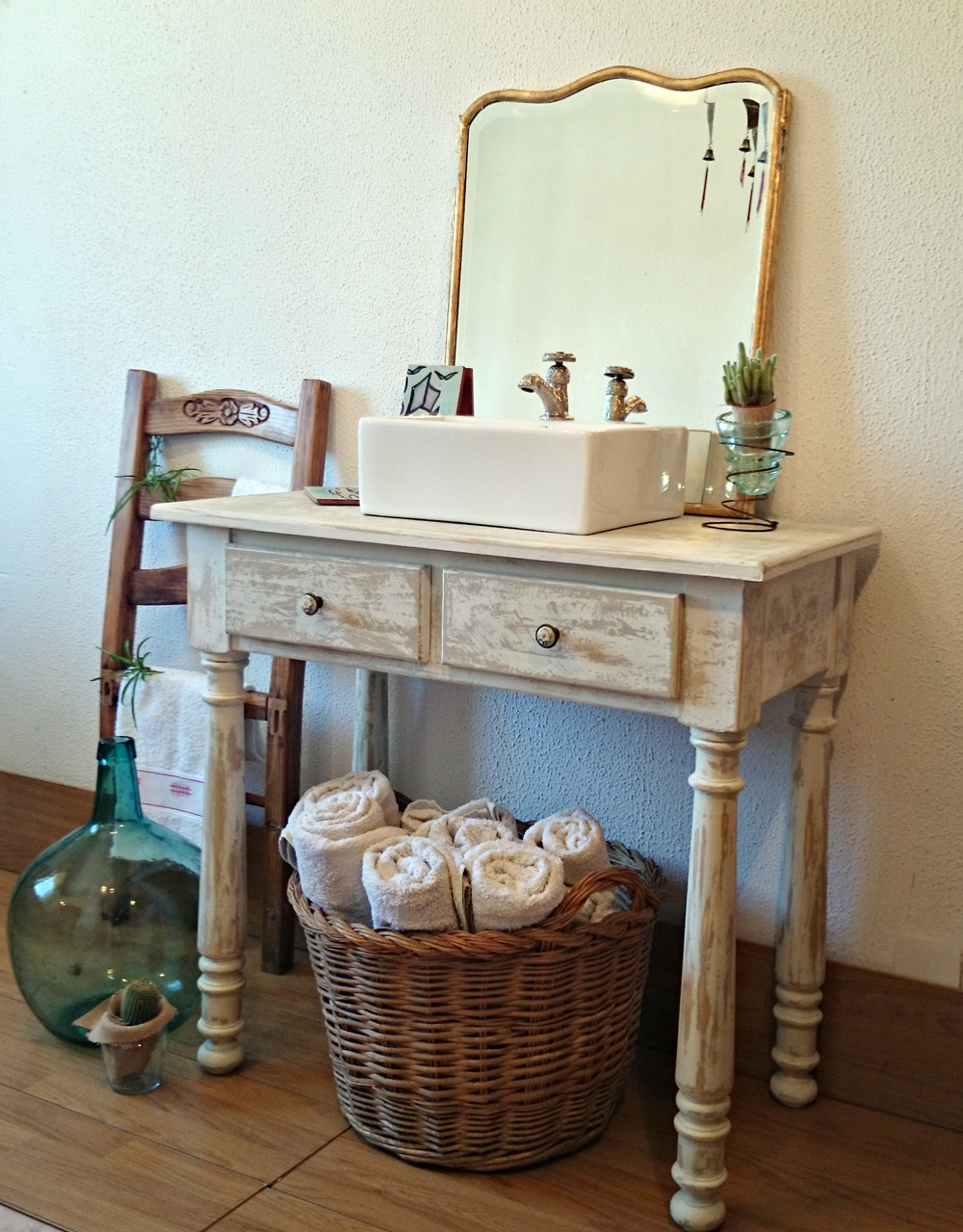 Decoracion Baño Estilo Antiguo:Mueble de baño decapado en blanco antiguo