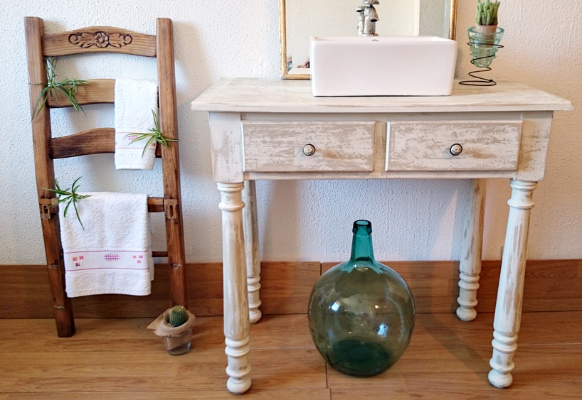 Mueble de ba o decapado en blanco antiguo bohemian and chic - Como lacar un mueble de madera en blanco ...