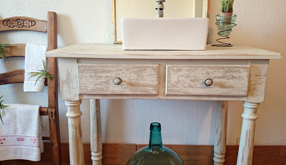 Mueble de ba o decapado en blanco antiguo bohemian and chic - Mueble bano blanco ...