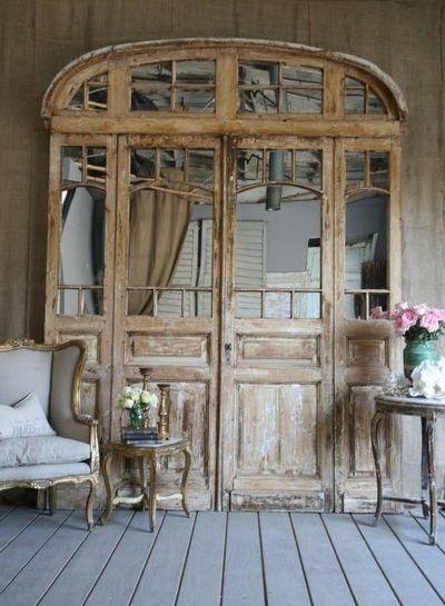 22 ideas de puertas recicladas que se convierten en for Decoracion con puertas antiguas