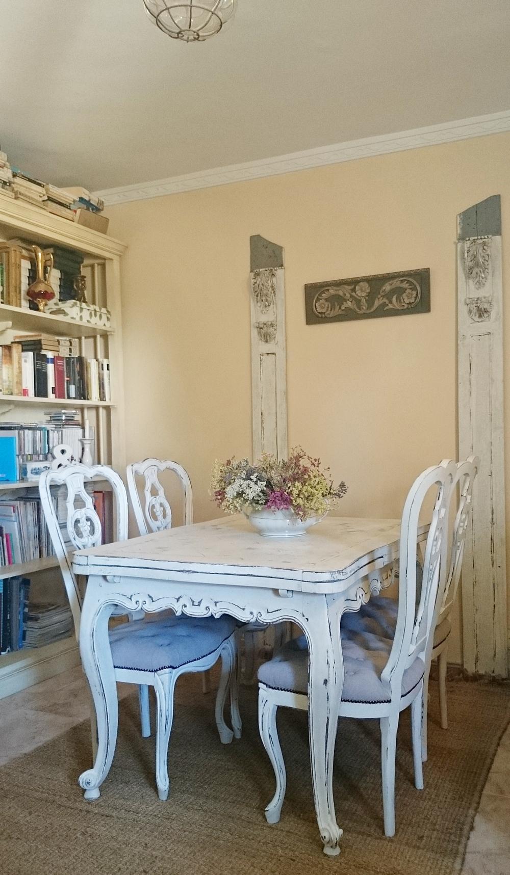 Mesa estilo luis xv francesa decapada en blanco viejo for Mesas puestas con estilo