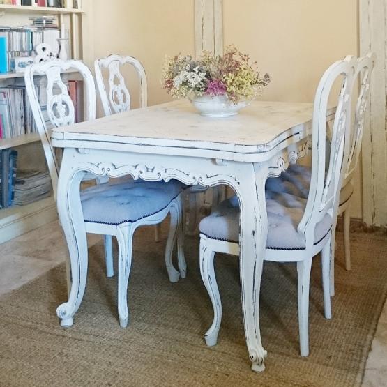 Sillas vintage decapadas en blanco y asiento en capiton for Sillas blancas vintage