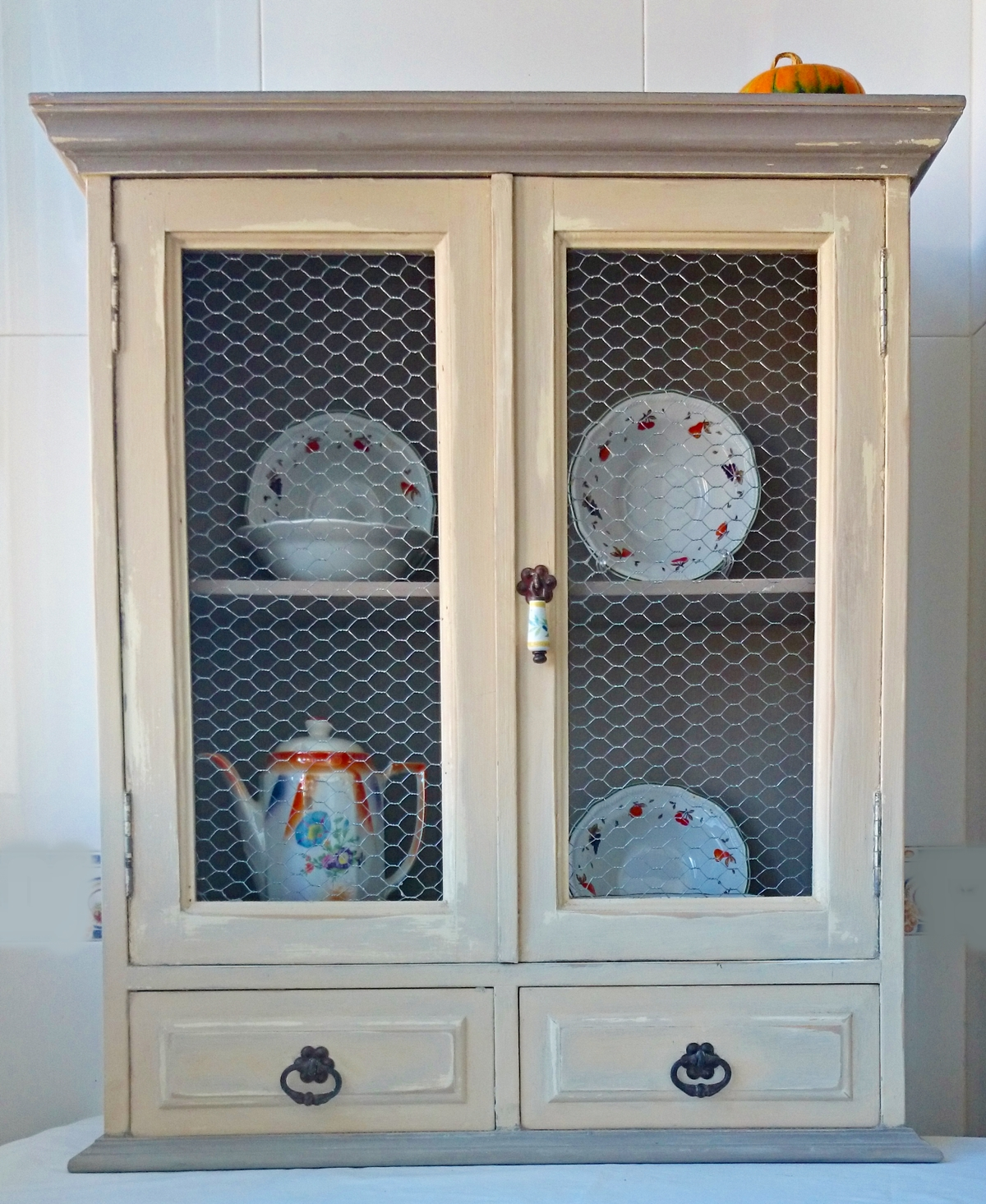 Vitrina de colgar con tela de gallinero bohemian and chic - Como hacer puertas de armario ...